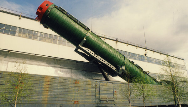 Un lanzamisiles instalado sobre un vagón