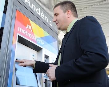 Metrotenerife implanta la navegación por voz en las máquinas expendedoras de sus paradas