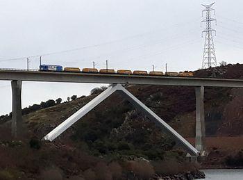 Pruebas de carga en el viaducto sobre el río Tera, en Zamora, de la línea de alta velocidad Madrid-Galicia