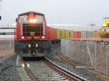 Un tren de contenedores de Renfe inaugura el nuevo acceso al Moll Prat